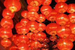 Lampe rouge accrochant sur le plafond Images libres de droits