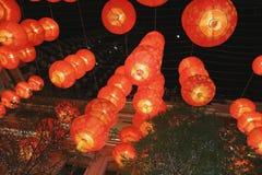 Lampe rouge accrochant sur le plafond Image libre de droits