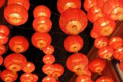Lampe rouge accrochant sur le plafond Image stock