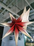 Lampe rouge décorative lumineuse accrochante d'Étoile-forme photo stock