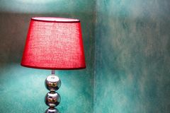 Lampe rouge de lit photos libres de droits