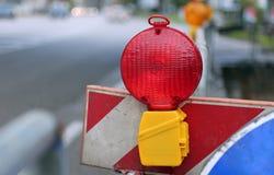 Lampe rouge pour signaler des travaux routiers Images libres de droits