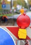 Lampe rouge pour signaler des travaux routiers et des courses sur route Image stock