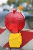 Lampe rouge pour signaler des travaux routiers et des courses sur route en cours Photo stock