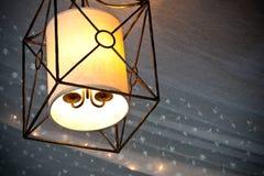 Lampe s'arrêtante rougeoyant avec l'outillage et les mini lumières Images stock