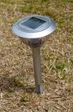 Lampe solaire dans le jardin pour enregistrer l'énergie images libres de droits
