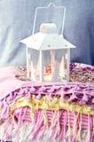 Lampe sur la pile des écharpes colorées Images libres de droits
