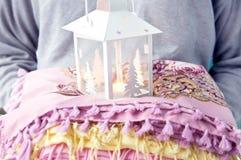Lampe sur la pile des écharpes colorées Photographie stock libre de droits