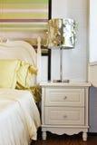 lampe sur la table de chevet dans la chambre à coucher Photo stock