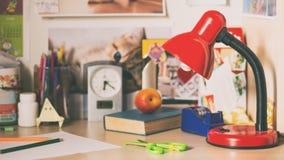 Lampe sur le bureau d'écolier Image stock