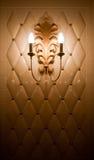 Lampe sur le mur de tuile de cru Photographie stock