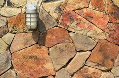 Lampe sur le mur en pierre Photographie stock libre de droits