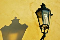 Lampe sur le mur jaune Photo stock
