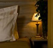 Lampe sur le nightstand de chambre à coucher Images libres de droits