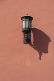 Lampe sur les murs rouges du Cité interdite, Pékin, Chine Photographie stock