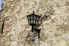 Lampe sur un mur photos stock