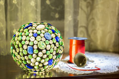 Lampe tiffany colorée avec l'interieur Photographie stock libre de droits