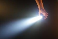 Lampe-torche de poche de fixation de main Images libres de droits