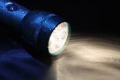 Lampe-torche et eau photos stock