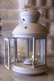 Lampe-torche pour des bougies sur le manteau de cheminée Photographie stock
