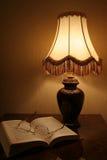 Lampe u. Buch Stockfoto