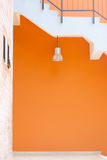 Lampe u. orange Wand Lizenzfreie Stockfotos