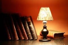 Lampe und Bücher Lizenzfreie Stockfotos