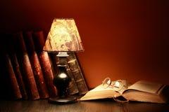 Lampe und Bücher Stockfotos