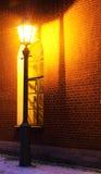 Lampe und Backsteinmauer Stockfotos