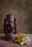 Lampe und Früchte Stockfoto