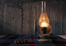 Lampe und Kastanien lizenzfreie stockfotografie