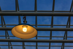 Lampe und metallische Rohre Lizenzfreies Stockfoto