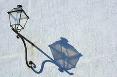 Lampe und Schatten. Stockfoto