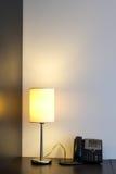 Lampe und Telefon Stockbilder