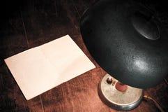 Lampe und unbelegtes Papier Stockfoto