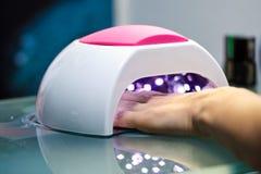 Lampe UV pour les clous de séchage photo stock