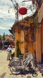 Lampe vietnamienne au-dessus des bicyclettes photographie stock libre de droits