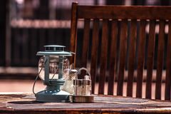 Lampe, Zucker und Salz auf dem Tisch eines Sommercafés Stockfoto