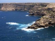 Lampedusa w Włochy z falezą i czyści błękitnego morze Fotografia Stock