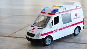 Lampeggiamento blu delle luci delle sirene del giocattolo di sanità del fondo dell'ambulanza video d archivio