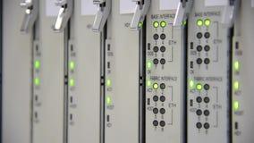 Lampeggiamento dello stato di telecomunicazione LED della rete nel centro dati stock footage