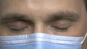 Lampeggiamento maschio maturo degli occhi del chirurgo stock footage