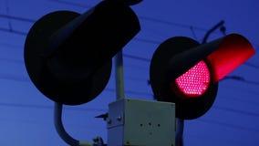 Lampeggiante avvertono che un treno sta avvicinandosi a stock footage