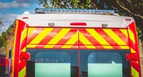 Lampeggiante sui pompieri di un'ambulanza di rosso fotografia stock