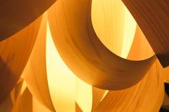 Lampekap van houten vernisje met lamp wordt gemaakt die stock foto