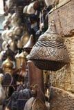 Lampen, ambachten, herinneringen in straatwinkel in Kaïro, Egypte Stock Fotografie
