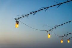 Lampen auf dem blauen Himmel Stockfotografie