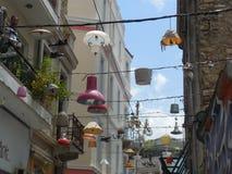 Lampen aufgereiht über Straße stockbilder