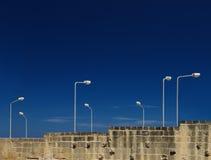 Lampen in der Straße im dunkelblauen stürmischen Himmelhintergrund, Lampen in der Straße, künstlerisches Straßenfoto Stockbild