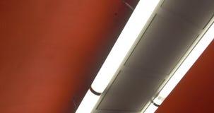 Lampen die op rood plafond aansteken stock video